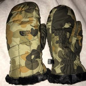 Brand new never used camo north face gloves